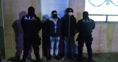 Detienen a dos sujetos por robo a una farmacia en Metepec