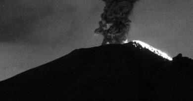 Nueva explosión en el Popocatépetl, lanzó fumarola de 3 mil metros de altura